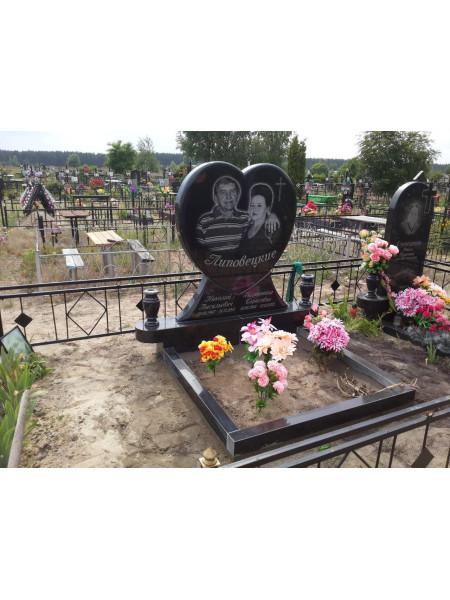Двойной памятник в форме сердца из черного гранита